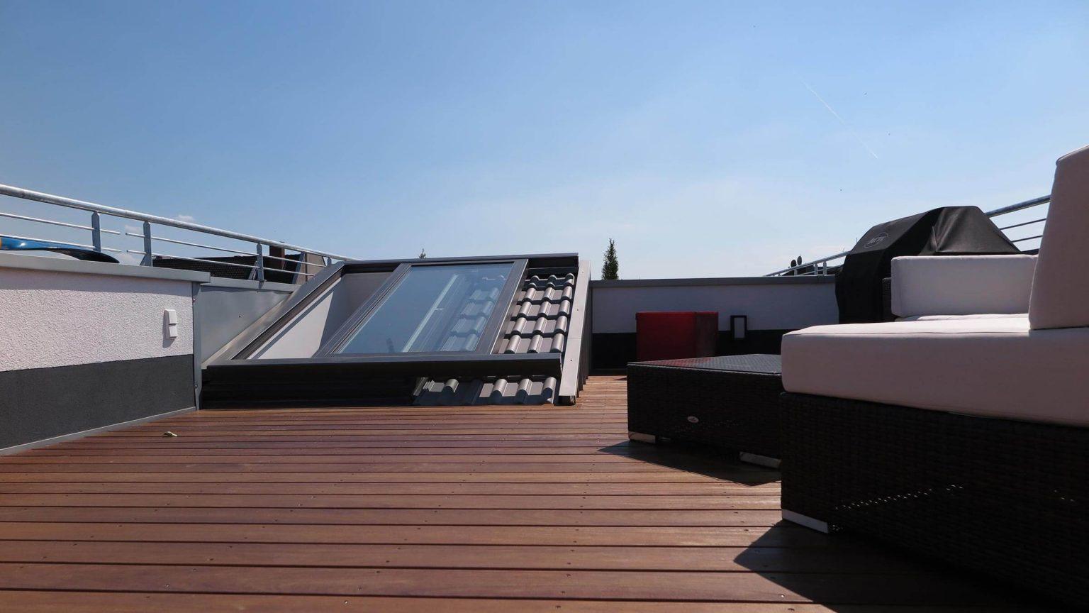 Architekt Koeln Wohnungbau glatte Terrassendiele